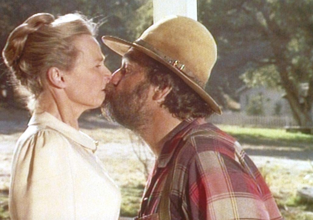 Edward (Victor French, r.) nimmt Grace Sniders (Bonnie Bartlett, l.) Einladung zum Frühlingstanz an und küsst sie. - Bildquelle: Worldvision