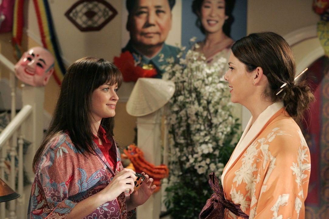 Als Trost für die geplatzte Asienreise verwandelt Lorelai (Lauren Graham, r.) das Haus für ihre Tochter Rory (Alexis Bledel, l.) in einen asiatische... - Bildquelle: Warner Brothers