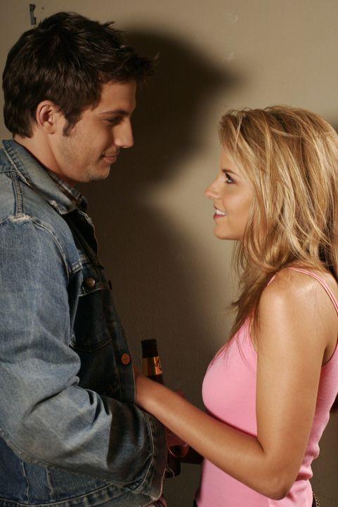 Nach dem Vorfall auf seiner Überraschungsparty, trifft Trey (Logan Marshall-Green, r.) erneut auf Jess (Nikki Griffin, l.) ... - Bildquelle: Warner Bros. Television