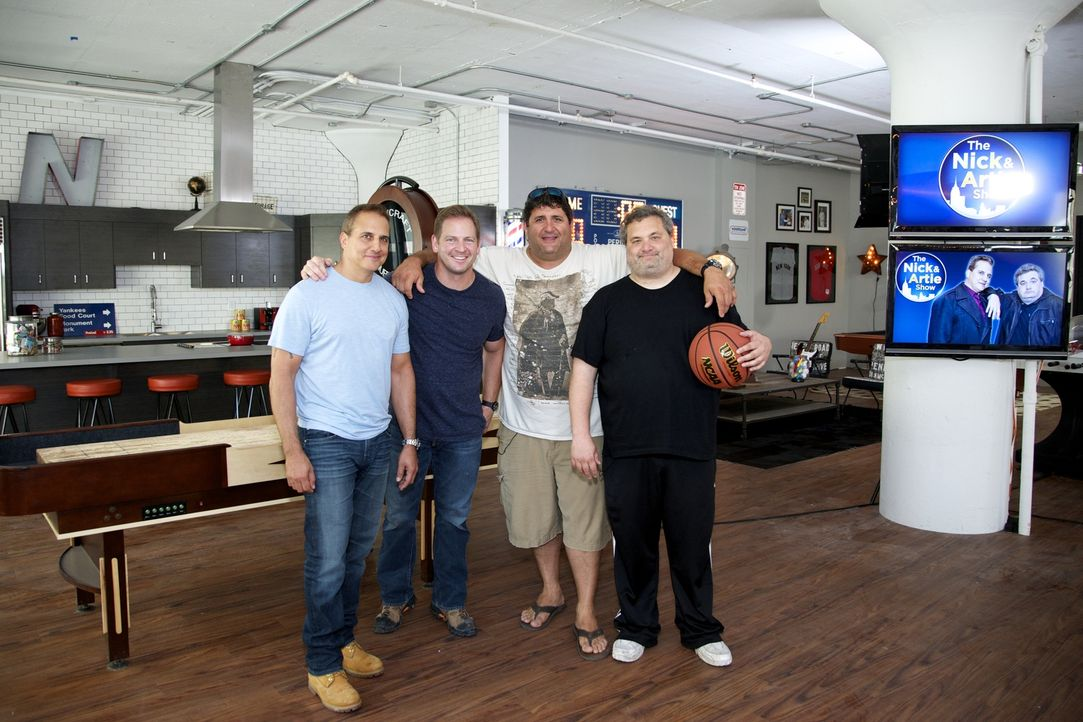 Bei ihrem neuesten Man Cave können sich Tony (2.v.r.) und Jason (2.v.l.) wieder so richtig austoben: Das Radio- und Fernsehstudio der Moderatoren Ni... - Bildquelle: Anders Krusberg 2012,DIY Network/Scripps Networks, LLC. All Rights Reserved.