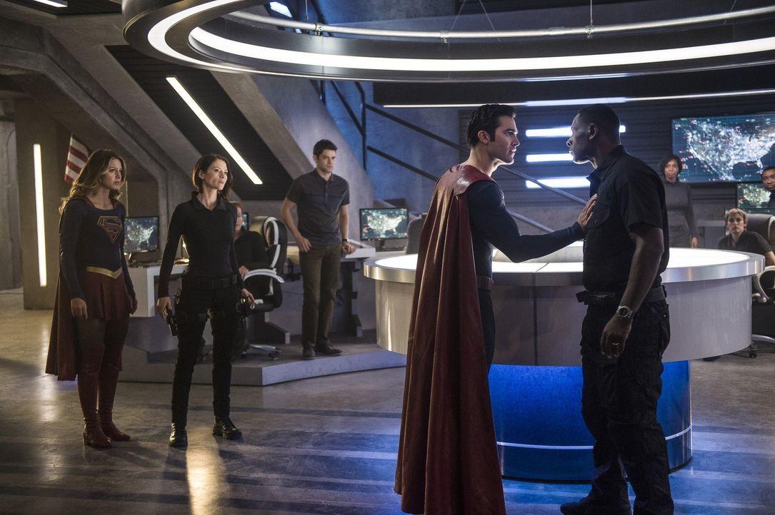 In der Zentrale geraten Clark alias Superman (Tyler Hoechlin, 2.v.r.) und Hank (David Harewood, r.) aneinander. Alex (Chyler Leigh, 2.v.l.), Winn (J... - Bildquelle: 2016 Warner Bros. Entertainment, Inc.