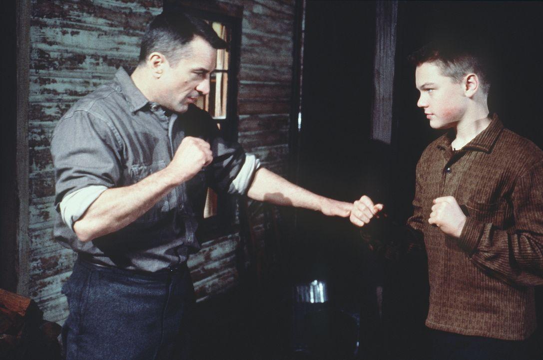 Dwight Hansen (Robert De Niro, l.) möchte aus seinem Stiefsohn Toby (Leonardo DiCaprio, r.) einen richtigen Mann machen und bringt ihm bei, wie man... - Bildquelle: Warner Bros.