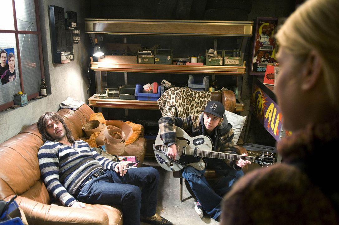 Rockstar Mark O. (Daniel Wiemer, l.) wirbelt das beschauliche Leben von Simon (Willi Gerk, M.) und seiner Schwester Chris (Jeanette Biedermann, r.)... - Bildquelle: Christine Schröder SAT. 1