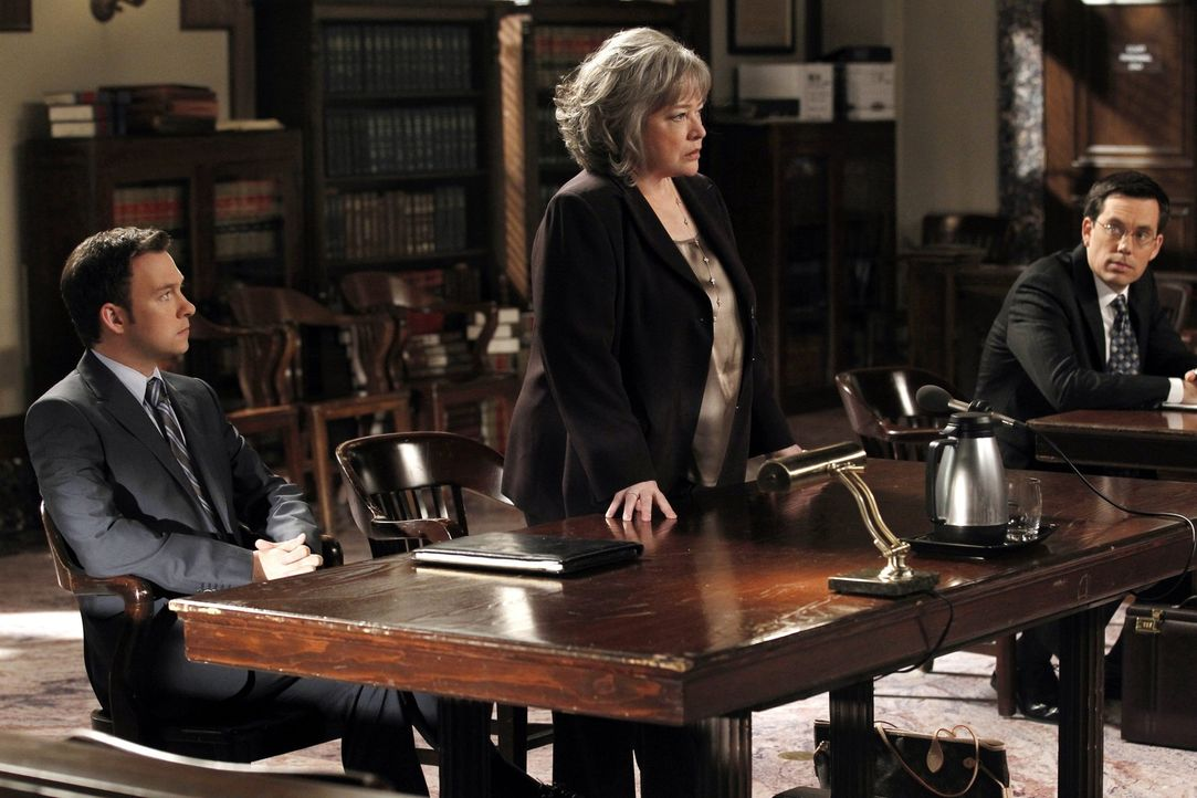 Ein neuer Fall entpuppt sich für Harry (Kathy Bates, M.) und Adam (Nathan Corddry, l.) als äußerst schwierig ... - Bildquelle: Warner Bros. Television