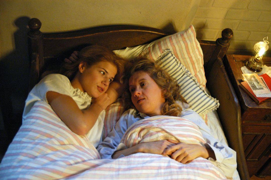 Anna (Annekathrin Bach, l.) und Guste (Anna Böttcher, r.) haben mittlerweile Freundschaft geschlossen. Guste ist noch immer nicht darüber hinweg, da... - Bildquelle: Aki Pfeiffer Sat.1