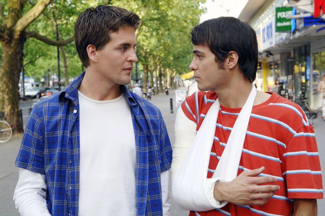 Maik (Sebastian König, r.) bedankt sich bei Lars (Alexander Klaws, l.) dafür, dass er ihn nicht verraten hat ... - Bildquelle: Claudius Pflug Sat.1