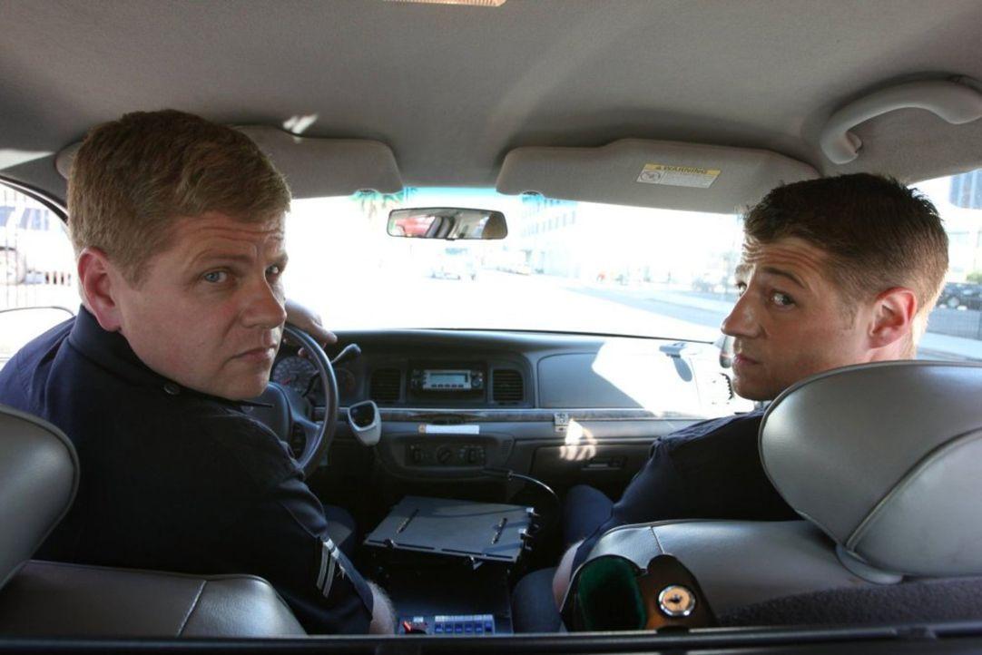 Ein Einsatz jagt den nächsten: Officer John Cooper (Michael Cudlitz, l.) und Officer Ben Sherman (Benjamin McKenzie, r.) sind ständig auf Achse ... - Bildquelle: Warner Brothers