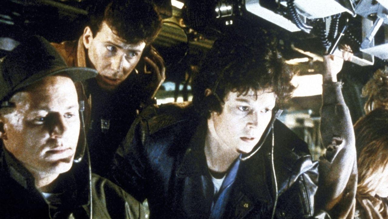 Lieutenant Gorman (William Hope, l.), der unerfahrene Leiter des Kommandounternehmens, Burke (Paul Reiser, M.), der Beobachter der Minen-Gesellschaf... - Bildquelle: 1986 Twentieth Century Fox Film Corporation. All rights reserved.
