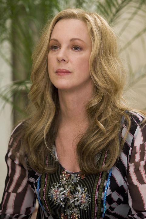 Celia (Elizabeth Perkins) hat schlimme Neuigkeiten ... - Bildquelle: Lions Gate Television