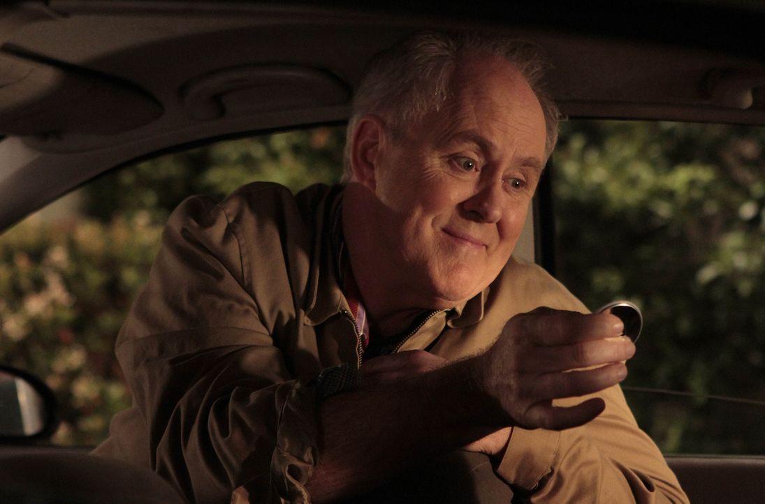 Barney möchte seinem Vater (John Lithgow) näherkommen und bittet deshalb seine Freunde darum, sein Leben aufregender erscheinen zu lassen ... - Bildquelle: 20th Century Fox International Television