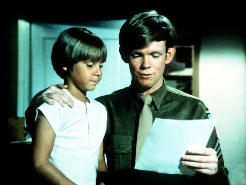 Jeffrey (Keith Mitchell, l.) zeigt Jason (Jon Walmsley, r.) voller Stolz das Foto einer Schauspielerin, die er verehrt. - Bildquelle: WARNER BROS. INTERNATIONAL TELEVISION
