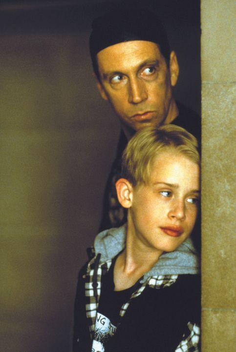 Machen sich auf, wahre Freunde zu finden: der reiche Junge Richie Rich (Macaulay Culkin, 2.v.l.) und Butler Cadbury (Johnathan Hyde, l.) ... - Bildquelle: 1994 Warner Bros.