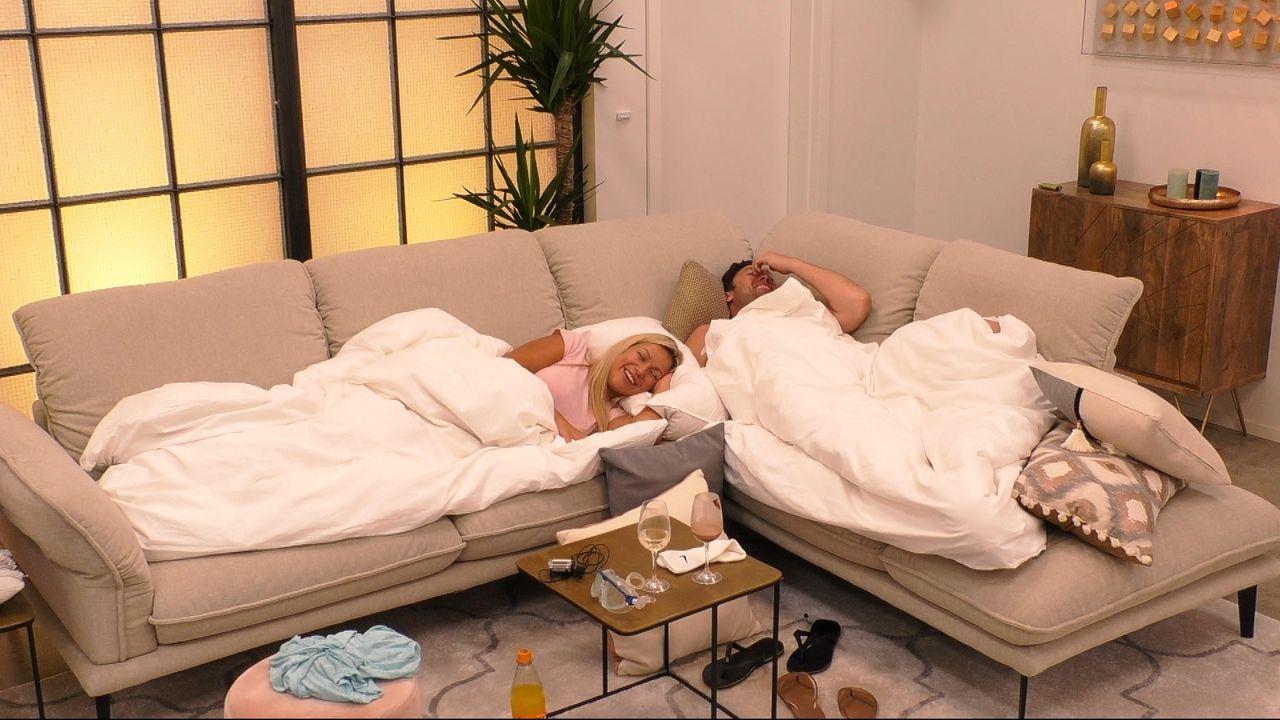 Chethrin und Daniel liegen beide auf dem Sofa