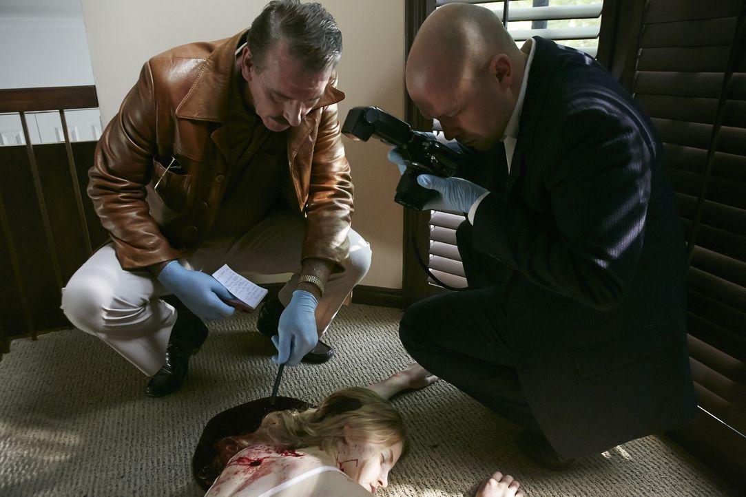 Am Tatort suchen Ermittler Dave Bishop (Pat Mcmanus, l.) und ein Kriminaltechniker nach Spuren auf den Täter. Nachdem in ganz Amerika mehrere Frauen... - Bildquelle: Ian Watson Cineflix 2014