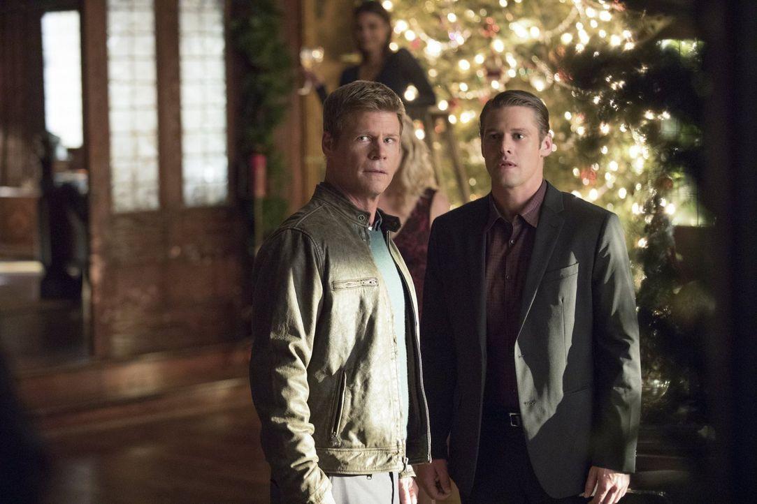 Die noch junge Vater-Sohn-Beziehung zwischen Peter (Joel Gretsch, l.) und Matt (Zach Roerig, r.) wird auf eine harte Probe gestellt. Unterdessen erh... - Bildquelle: Warner Bros. Entertainment, Inc.