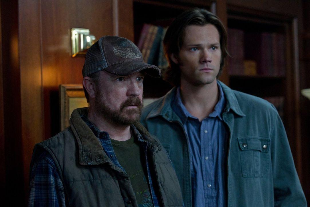 Castiel rückt zwar davon ab, Sam (Jared Padelecki, r.), Dean und Bobby (Jim Beaver, l.) zu töten, aber warnt sie davor, sich nicht in seine Angelege... - Bildquelle: Warner Bros. Television