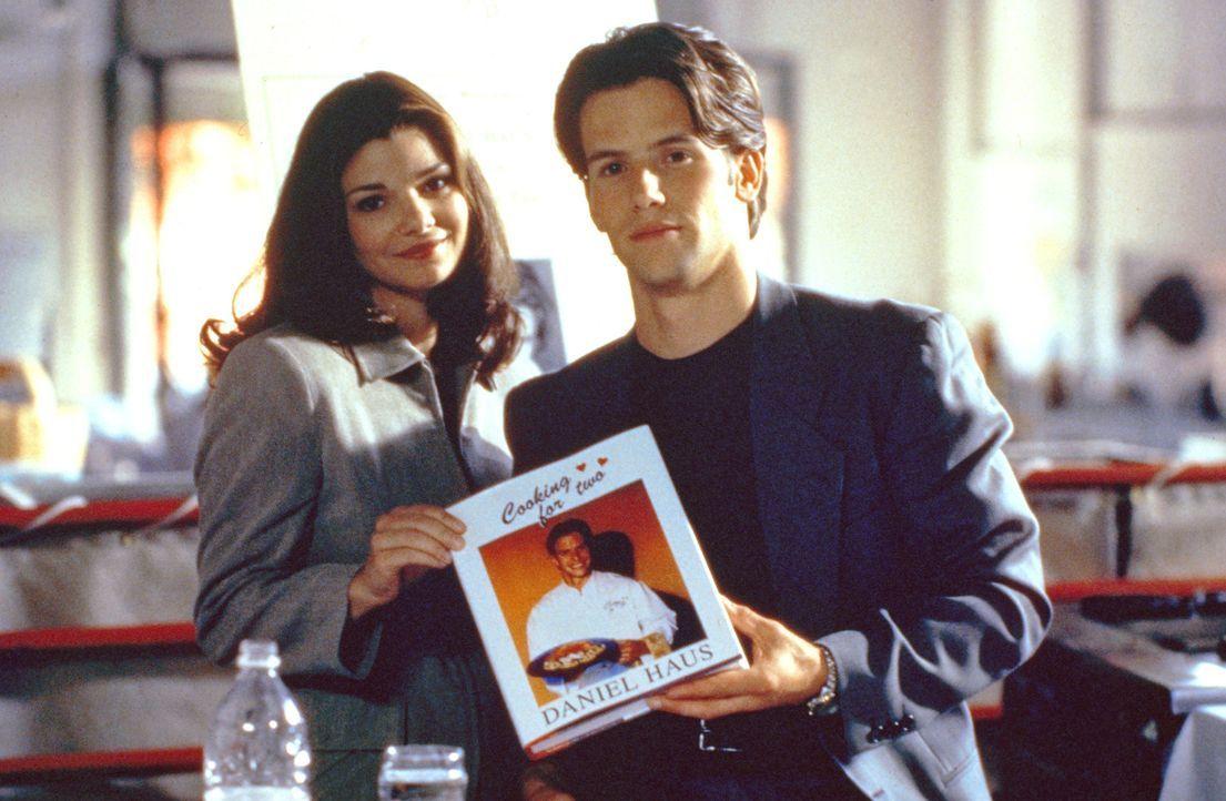 Auch die knallharte TV-Agentin Jacqueline (Laura San Giacomo, l.) lässt sich von Daniels (Christian Oliver, r.) essbaren Liebeskreationen betören .....