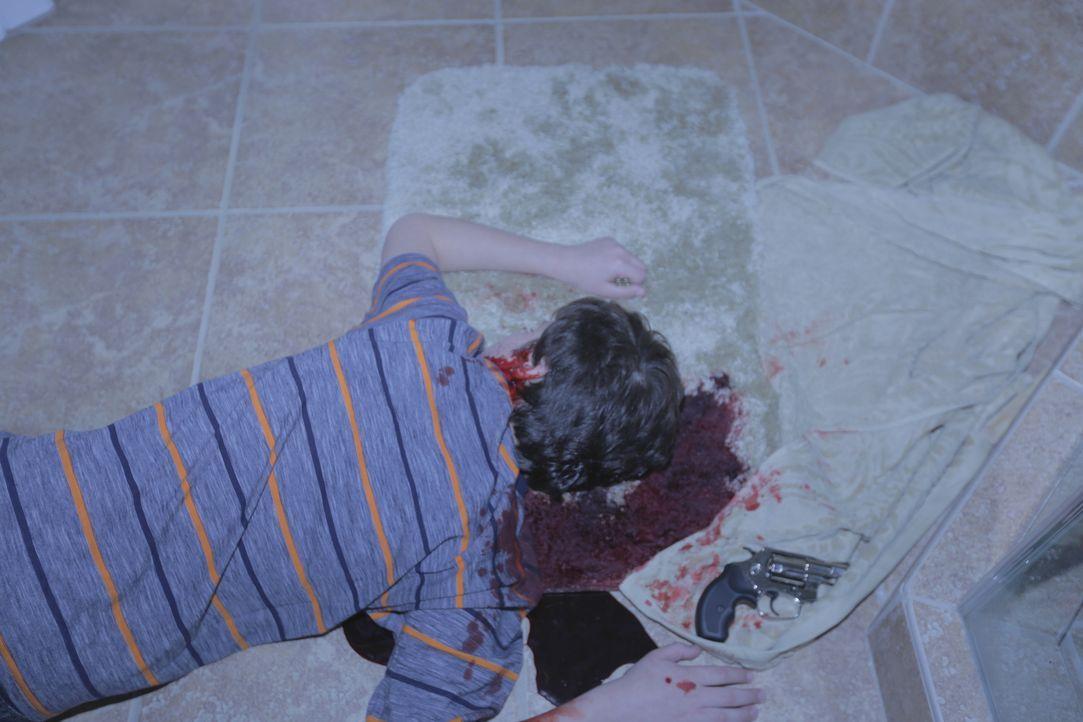 Drama im Badezimmer: Als der dreizehnjährige PJ Grant mit einer Schusswunde im Kopf tot aufgefunden wird, geht Ermittler Lt. Joe Kenda zuerst davon... - Bildquelle: Jupiter Entertainment