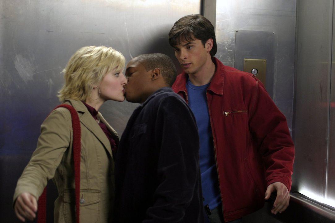 Nachdem Chloe (Allison Mack, l.) mit einem mysteriösen Gas in Berührung gekommen ist, haben auch Clark (Tom Welling, r.) und Pete (Sam Jones, M.), p... - Bildquelle: Warner Bros.