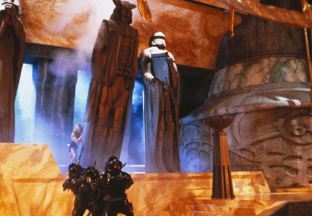 In seinem Kampf gegen den finsteren Skeletor stürzt He-Man (Dolph Lundgren, oben) eine der übergroßen Statuen des bösen Herrschers auf dessen Scherg... - Bildquelle: CANNON FILMS INC. AND CANNON INTERNATIONAL B. V