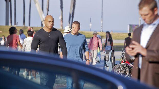 Während Callen (Chris O'Donnell, r.) und Sam (LL Cool J, l.) damit beschäftig...