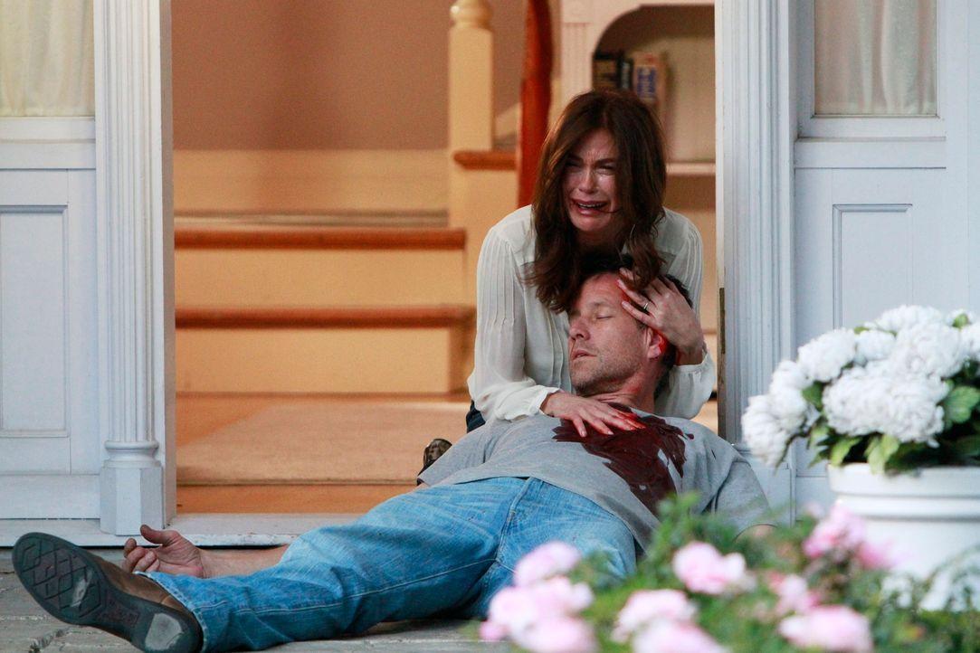 Ein schrecklicher Tag wartet auf Susan (Teri Hatcher, l.), denn Mike (James Denton, r.) wird auf offener Straße angeschossen. Wird er es überleben? - Bildquelle: Touchstone Pictures