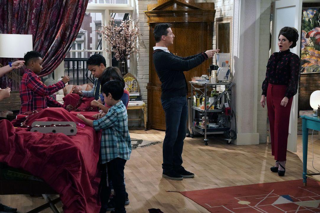 Während Jack (Sean Hayes, l.) sich bei seiner ersten Schauspielerrolle nicht besonders gut schlägt, soll sich Karen (Megan Mullally, r.) um die Kind... - Bildquelle: Chris Haston 2017 NBCUniversal Media, LLC