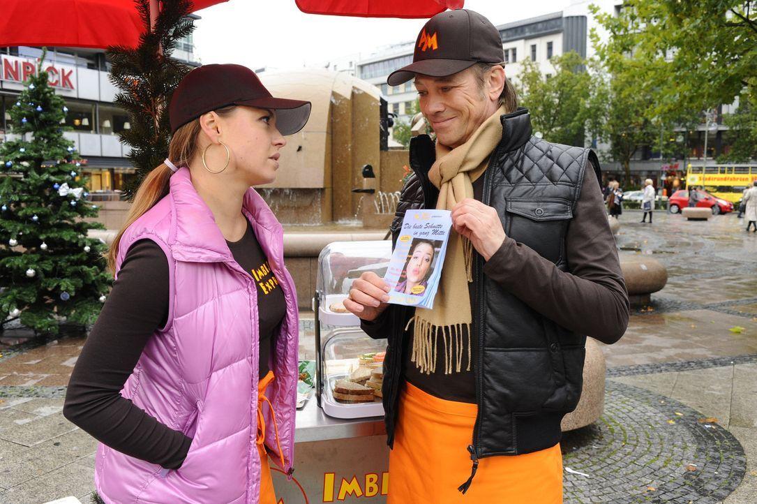 Armin (Rainer Will, r.) hat eine Überraschung für Katja (Karolina Lodyga, l.) ... - Bildquelle: SAT.1