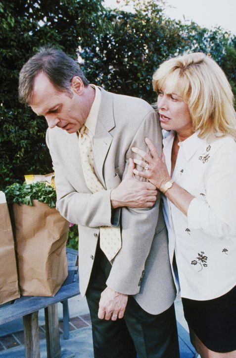 Annie (Catherine Hicks, r.) macht sich große Sorgen um Eric (Stephen Collins, l.), der offensichtlich einen Herzanfall hat ... - Bildquelle: The WB Television Network