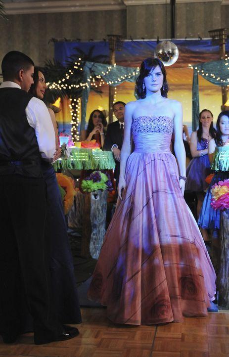Emily Kmetko (Chelsea Hobbs) ist sehr überrascht als sie die Band von Razor und Damon auf der Bühne sieht, denn nach wie vor besteht ein Konkurren... - Bildquelle: 2010 Disney Enterprises, Inc. All rights reserved.