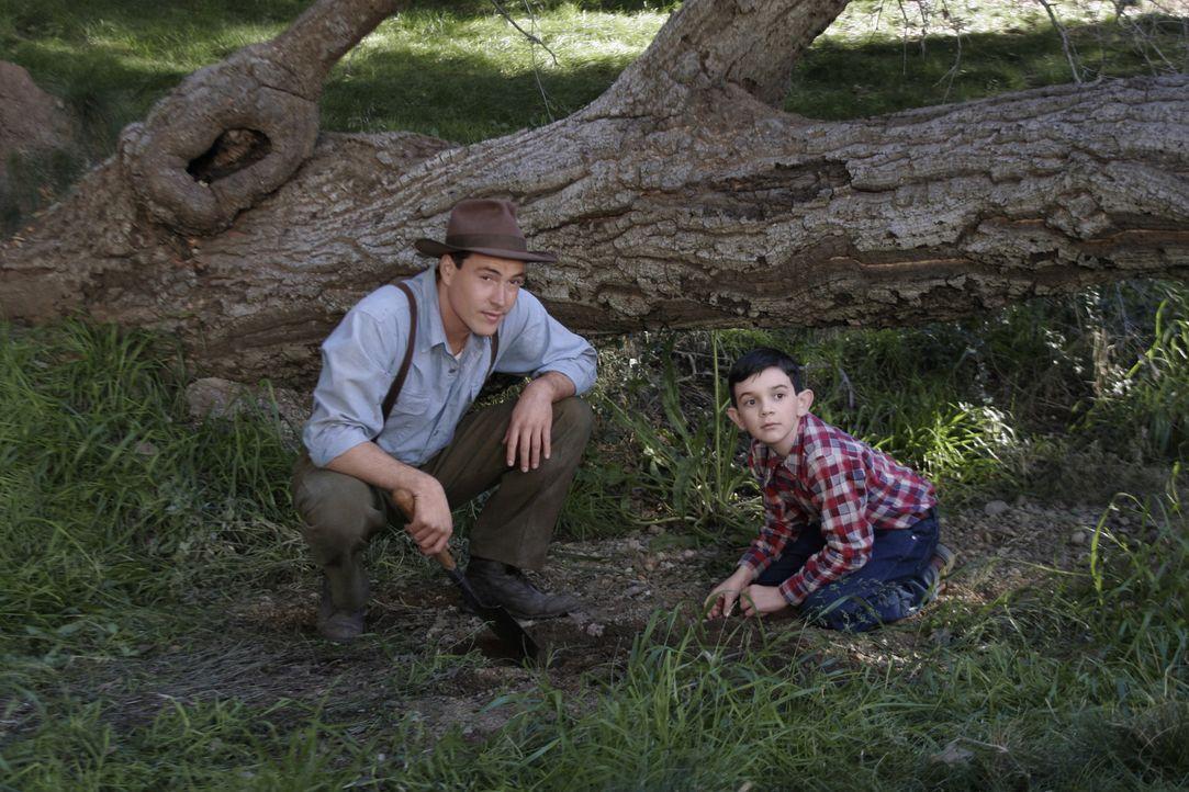 Für den schüchternen Jungen Matthew (Zach Mills, r.) nimmt Noah (Chris Klein, l.) sofort eine entscheidende Rolle ein. Ob er dieser wirklich gerec... - Bildquelle: 2006 Hallmark Hall of Fame Productions, Inc.