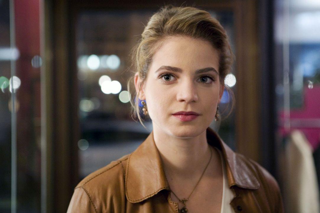 Marie (Rike Schmid) ist fassungslos, als sie erkennt, wer Peter ist ... - Bildquelle: Stephan Rabold Sat.1
