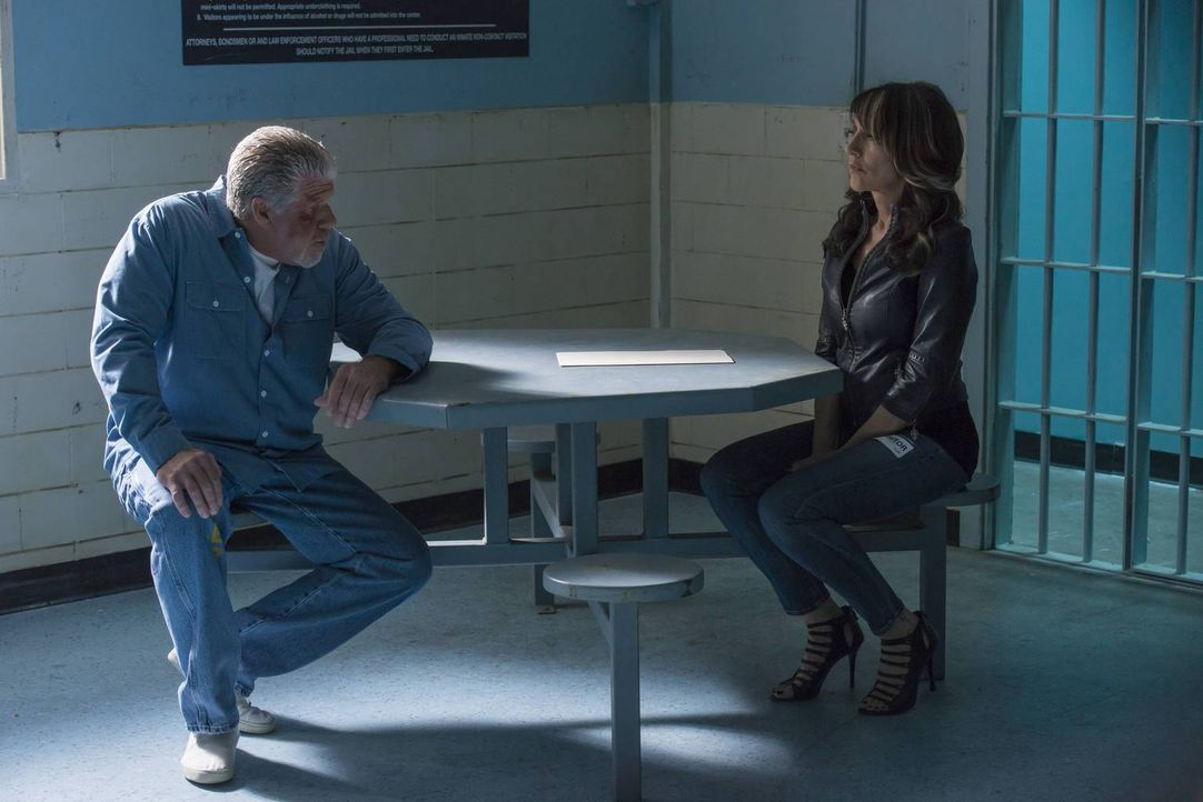 Gemma (Katey Sagal, r.) ist die einzige und damit enorm wichtige Verbindung zu Clay (Ron Perlman, l.) im Gefängnis ... - Bildquelle: 2013 Twentieth Century Fox Film Corporation and Bluebush Productions, LLC. All rights reserved.