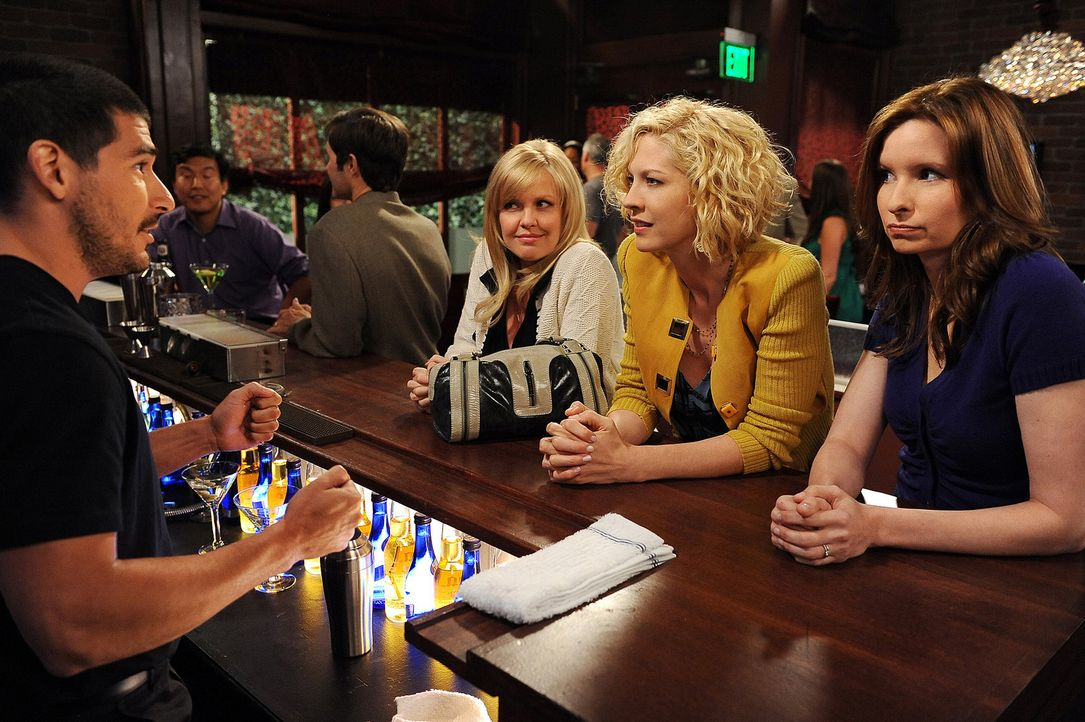 In der Bar in der Billie (Jenna Elfman, 2.v.r.) Zack kennengelernt hat, versucht sie zusammen mit Olivia (Ashley Jensen, M.) und Abby (Lennon Parham... - Bildquelle: 2009 CBS Broadcasting Inc. All Rights Reserved