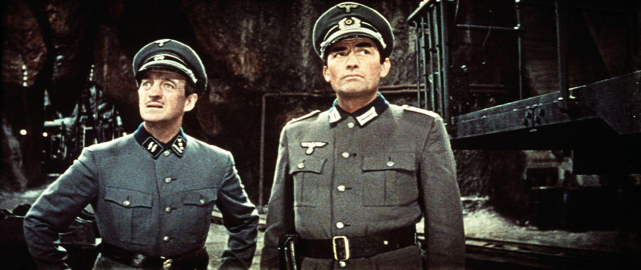 Sprengstoffexperte Miller (David Niven, l.) und Bergsteiger Mallory (Gregory Peck, r.) in erbeuteten deutschen Uniformen - mitten in der Höhle des L...