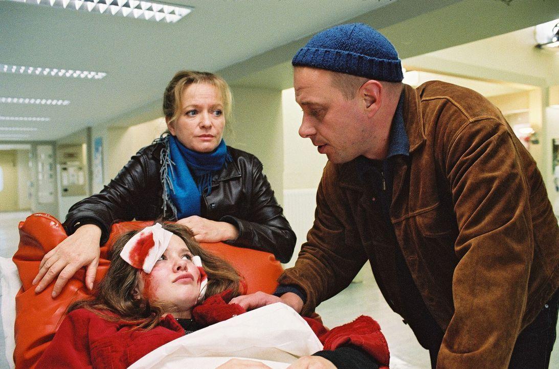 Nach einer Auseinandersetzung mit Benno (Thomas B. Martin, r.) stürzt Nina (Ricarda Mattes, M.) so schwer, dass sie sofort ins Luisenkrankenhaus geb... - Bildquelle: Monika Schürle Sat.1