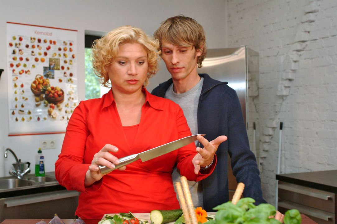 Ehrfürchtig betrachtet Agnes (Susanne Szell, l.) Boris' (Matthias Rott, r.) Kochausstattung. - Bildquelle: Monika Schürle Sat.1