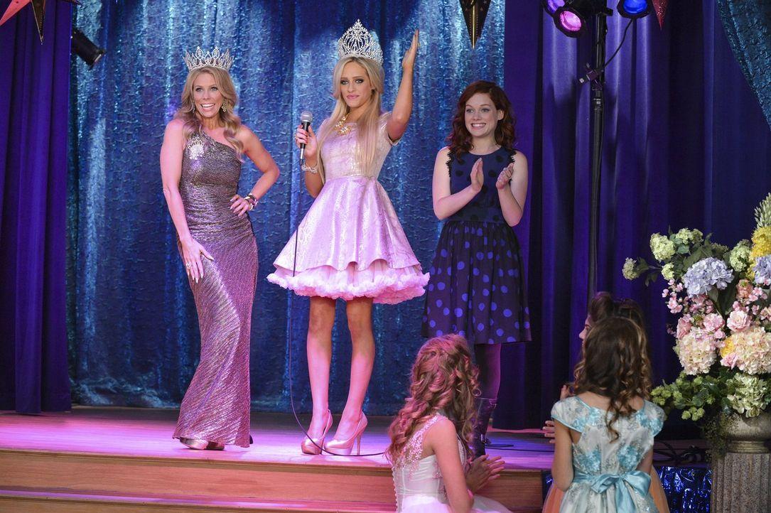 """Die Wahl der """"Miss Chatwin"""" steht an. Doch wer wird das Rennen machen? Dalia (Carly Chaikin, M.), Dallas (Cheryl Hines, l.) und Tessa (Jane Levy, r.... - Bildquelle: Warner Brothers"""