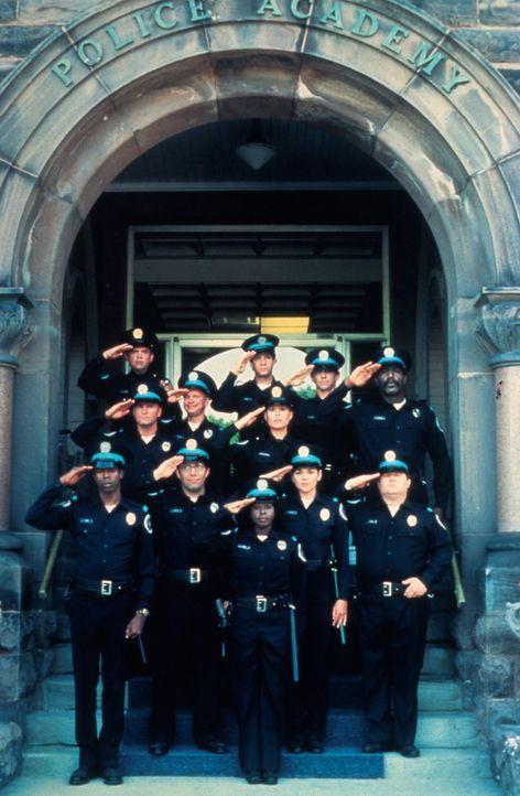Die Neuankömmlinge der Police Academy in Reih und Glied ... - Bildquelle: Warner Bros.