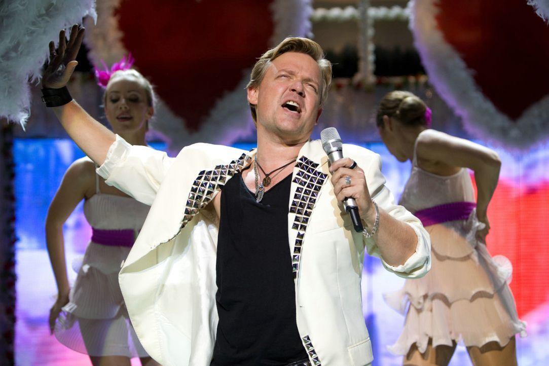 Als selbstverliebter Schlagerstar hat Bruce Berger (Justus von Dohnányi) stets seine Fans glücklich gemacht. Als er eine neue Song- Idee umsetzen... - Bildquelle: Conny Klein Warner Bros.