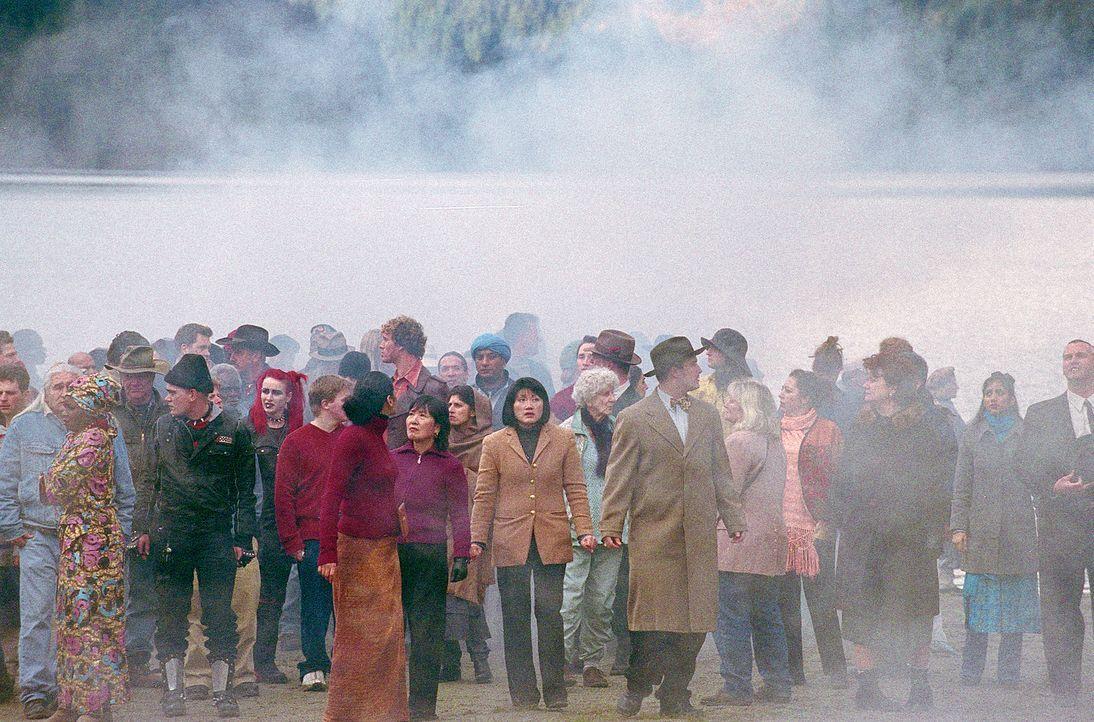 Eine Lichtkugel bringt 4400 Männer, Frauen und Kinder, die vermisst waren auf die Erde zurück ... - Bildquelle: Viacom Productions Inc.