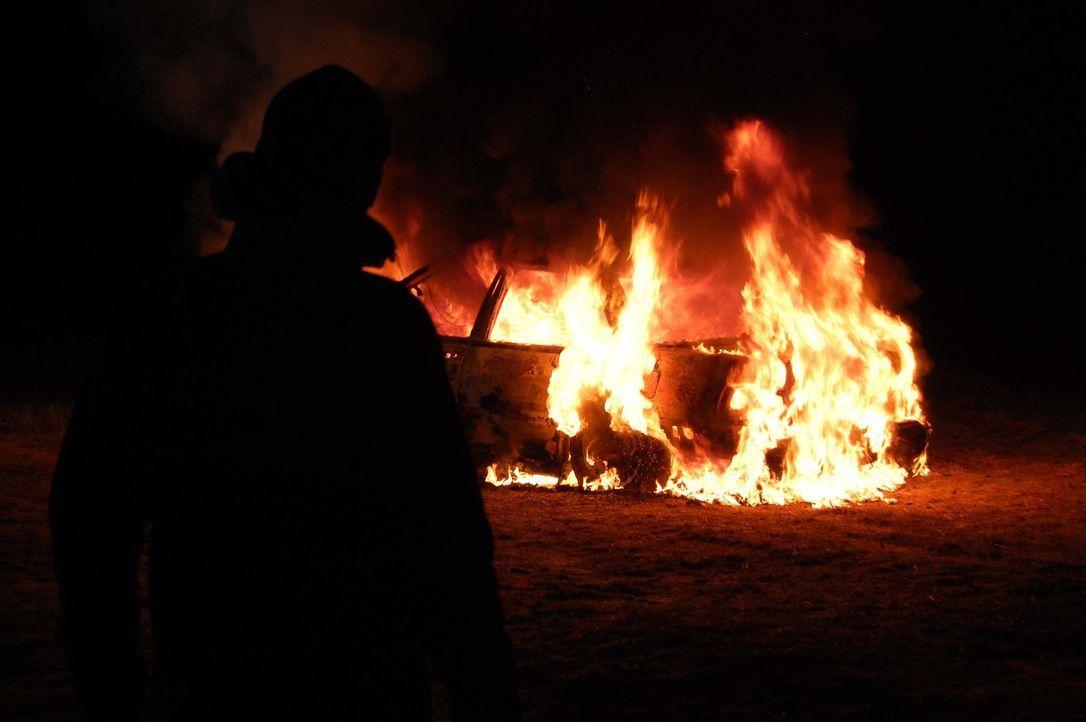 Als es der Feuerwehr gelungen ist, ein brennendes Auto zu löschen, machen sie im Kofferraum eine erschreckende Entdeckung: Eine Leiche ist dort drin... - Bildquelle: M2 Pictures