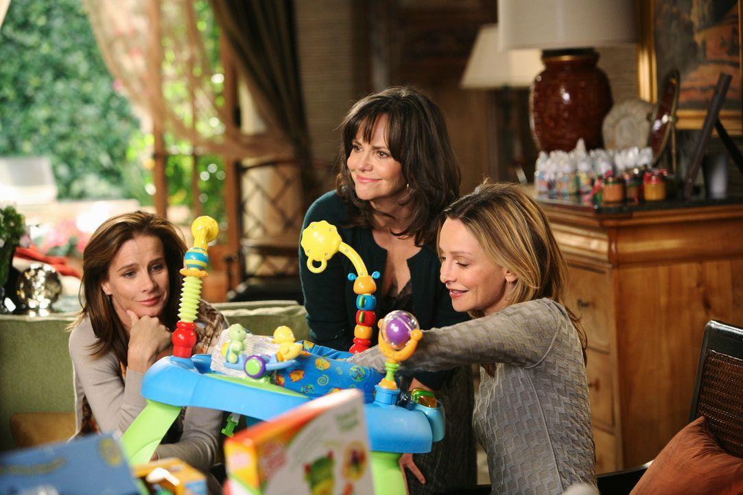 Haben für Kitty (Calista Flockhart, r.) eine Baby-Party auf die Beine gestellt: Nora (Sally Field, M.) und Sarah (Rachel Griffiths, l.) ... - Bildquelle: 2008 ABC INC.