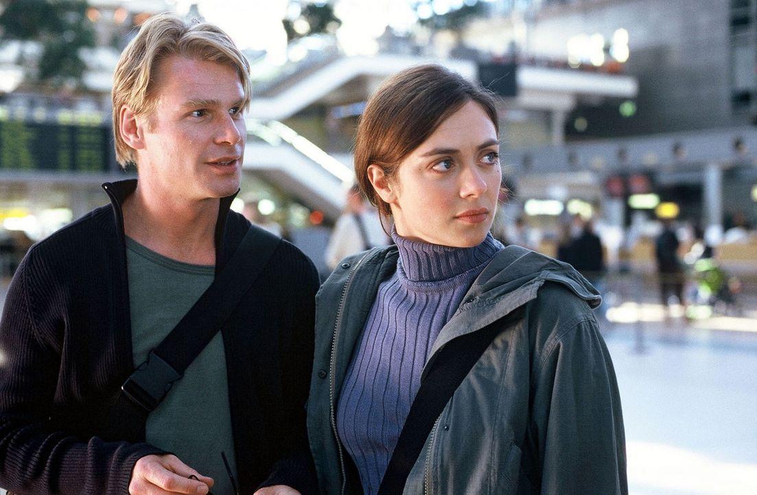 Auf dem Flughafen geraten Luise (Julia Richter, r.) und Lars (Kai Scheve, l.) in einen folgenschweren Streit ... - Bildquelle: Frank Hempel Sat.1