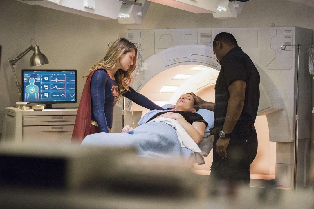 Als Alex (Chyler Leigh, M.) durch einen Angriff von Pestilence ernsthaft verletzt wird, müssen Kara alias Supergirl (Melissa Benoist, l.) und J'onn... - Bildquelle: 2017 Warner Bros.