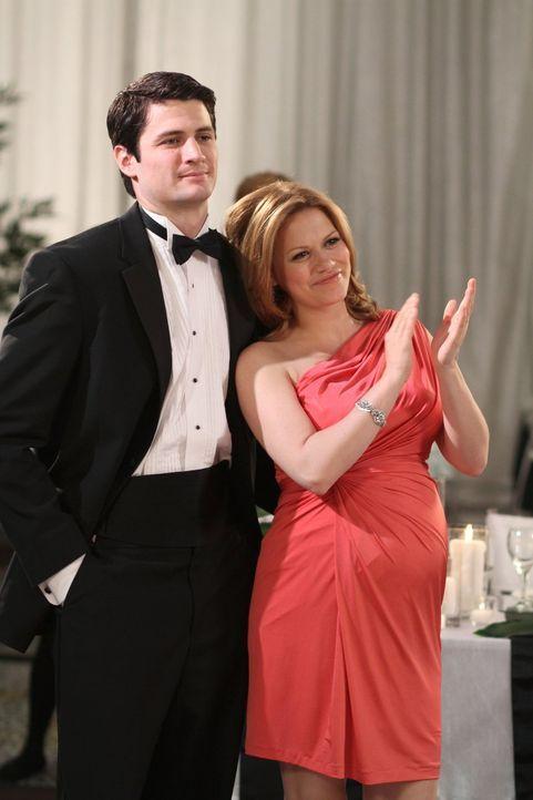 Haley (Bethany Joy Lenz, r.) versucht von Nathan (James Lafferty, l.) ein paar Infos über die Rede ihres Sohnes zu bekommen - mit mäßigem Erfolg ...... - Bildquelle: Warner Bros. Pictures