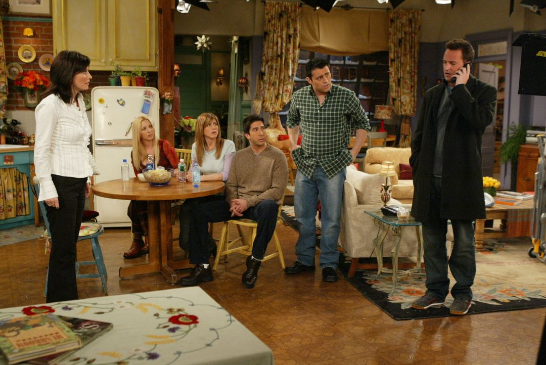 Chandler (Matthew Perry, r.) wird von Phoebe (Lisa Kudrow, 2.v.l.), Rachel (Jennifer Aniston,3.v.l.), Joey (Matt LeBlanc, 2.v.r.), Ross (David Schwi... - Bildquelle: 2003 Warner Brothers International Television