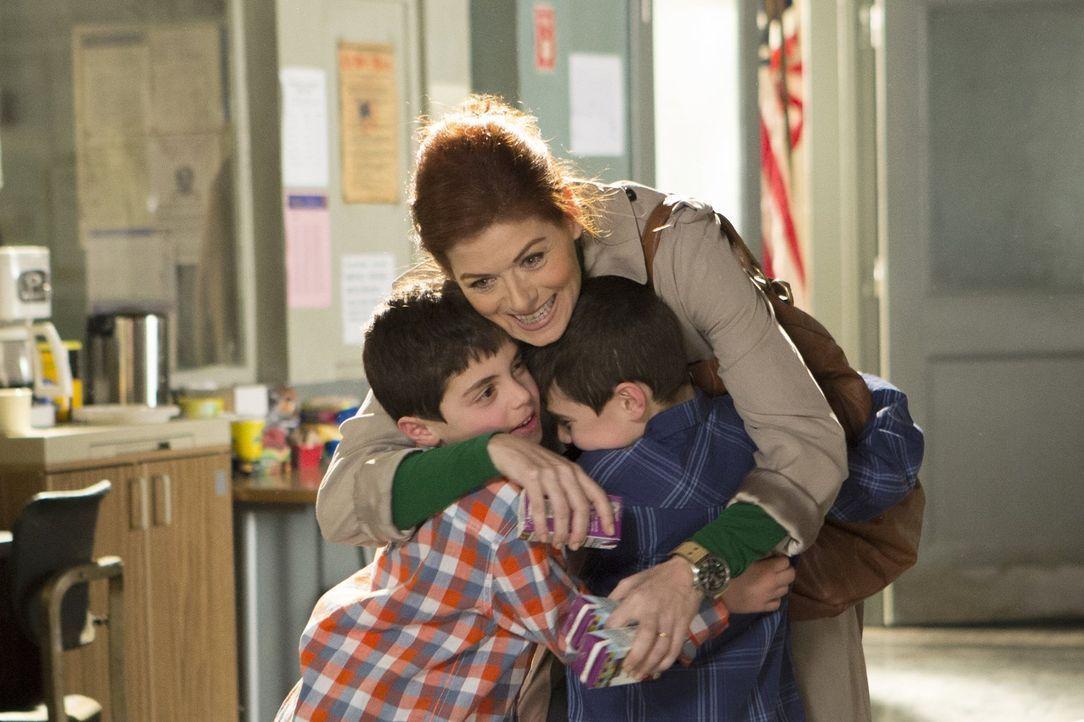 Laura Diamond (Debra Messing, M.), eine alleinerziehende Mutter und Polizistin, versucht, ihr Leben so gut es geht zu meistern, doch ihre beiden Söh... - Bildquelle: Warner Bros. Entertainment, Inc.