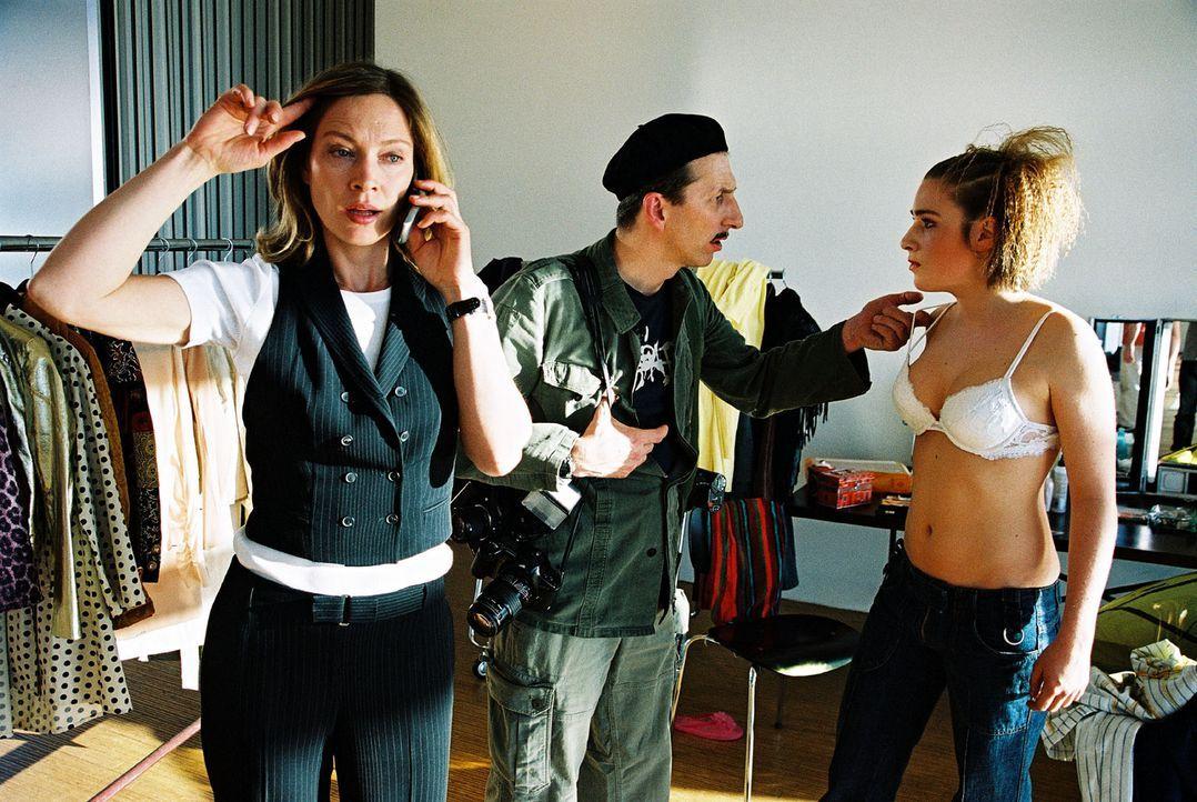 In der Agentur von Elena Trautmann (Katja Weitzenböck, l.) trifft Ringo Rolle (Rufus Beck, M.) auf seine Tochter Anna (Lina Schuller, r.), die eine... - Bildquelle: Hardy Spitz Sat.1