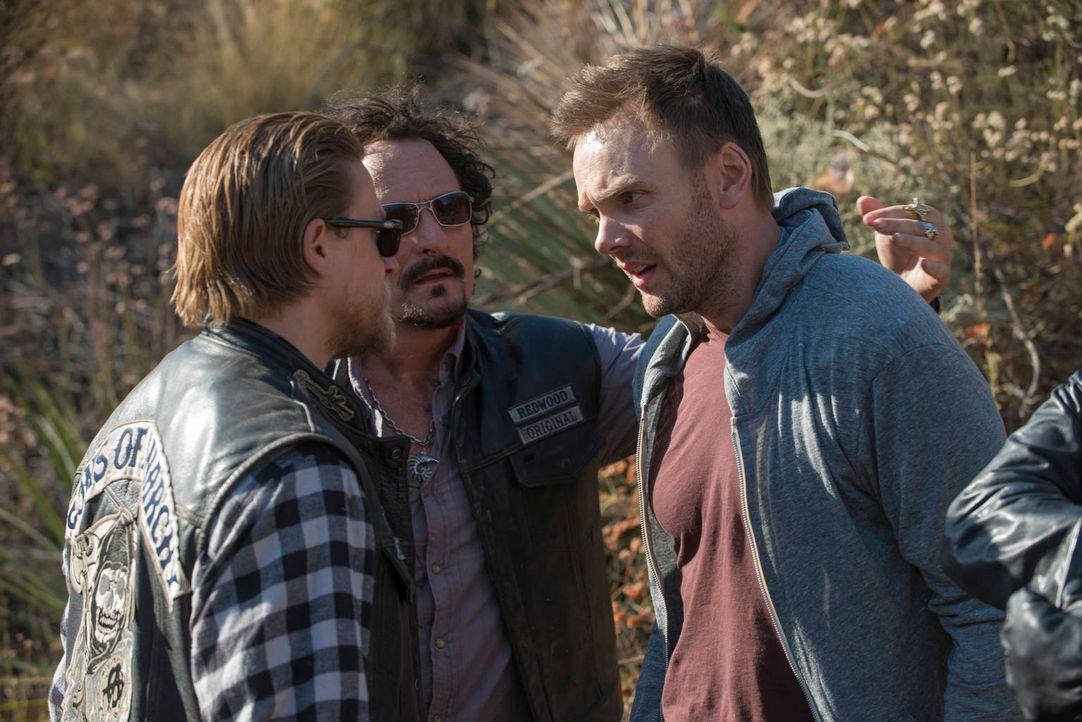 Sorgen Warrens (Joel McHale, r.) Taten dafür, dass Jax (Charlie Hunnam, l.) und Tig (Kim Coates, M.) die wahre Bedrohung aus den Augen verlieren? - Bildquelle: 2012 Twentieth Century Fox Film Corporation and Bluebush Productions, LLC. All rights reserved.